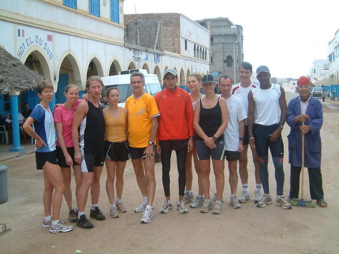La  team avec au cente Mohamed El'Rouch (1h06 sur son 1°semi!) et l'homme au balai à droite!