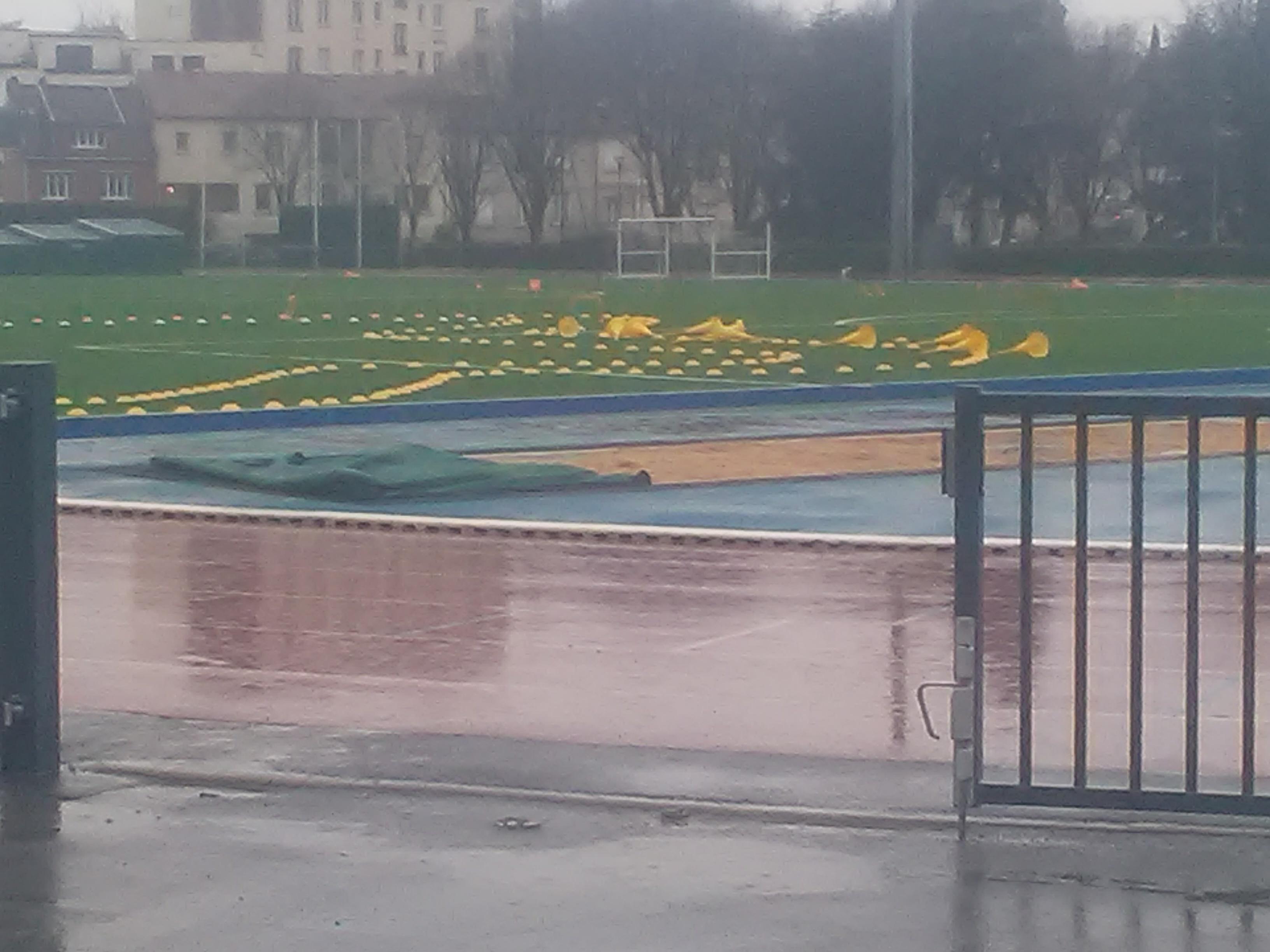 Le stade déserté sous les trombes d'eau
